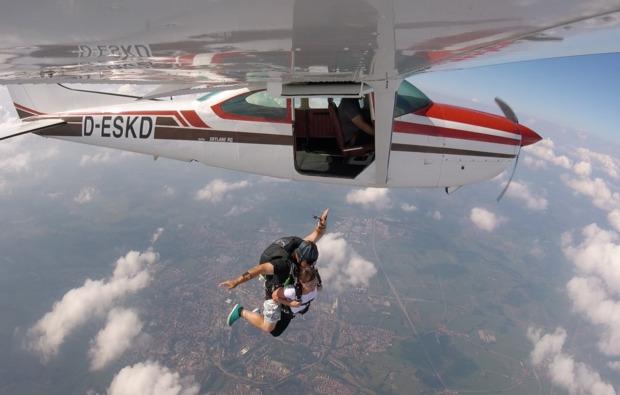fallschirm-tandemsprung-trieben-flugzeug