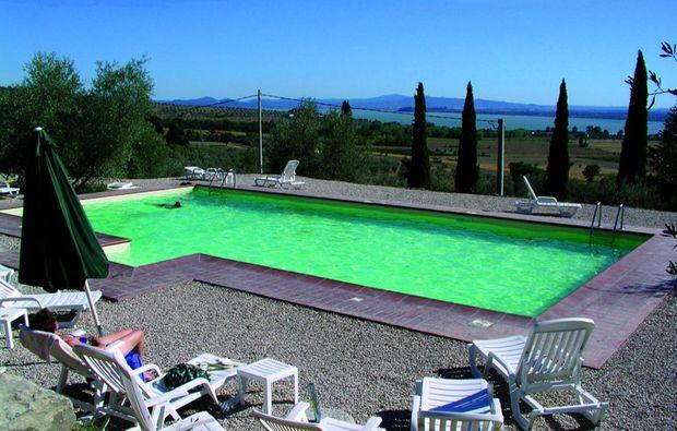 wellness-wochenende-deluxe-tuoro-sul-trasimeno-swimmingpool