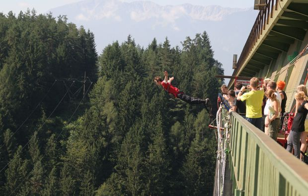 bungee-jumping-jauntalbruecke-jauntalbruecke-in-kaernten-drop-off-side-shot