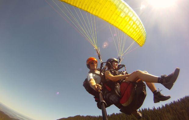 gleitschirm-tandemflug-bergen-im-chiemgau-gleiten