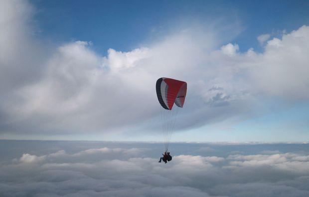 gleitschirm-tandemflug-bergen-im-chiemgau-wolken