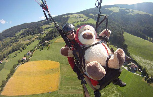 gleitschirm-tandemflug-meransen-paar-teddybaer
