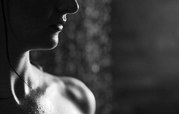 erotisches-fotoshooting-innsbruck-schwarz-weiss
