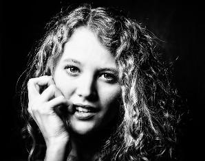 portraitfoto-frau-studio-schwarzweiss