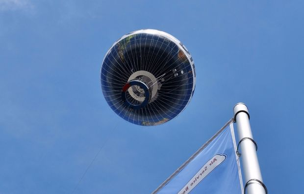 ballonfahren-berlin-blauer-himmel-mit-ballon