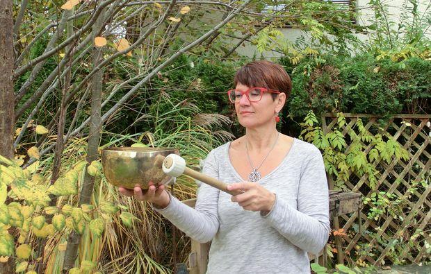 klangschalenmassage-hargelsberg-garten