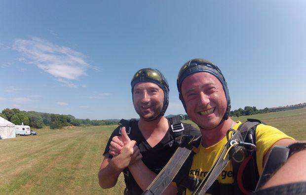 fallschirm-tandemsprung-arnbruck-selfie-am-boden