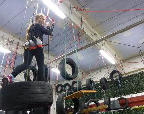 hochseilgarten-indoor-klettern