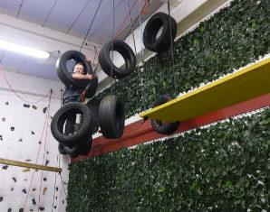 indoor-hochseilgarten-klettern