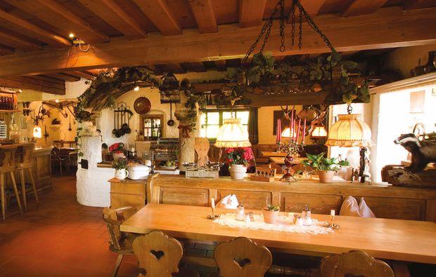 aussergewoehnlich-uebernachten-unterammergau-restaurant