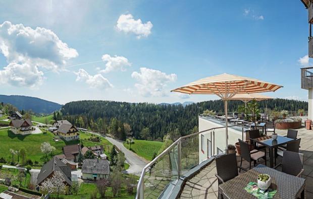 kulinarische-reise-st-kathrein-am-offenegg-terrasse