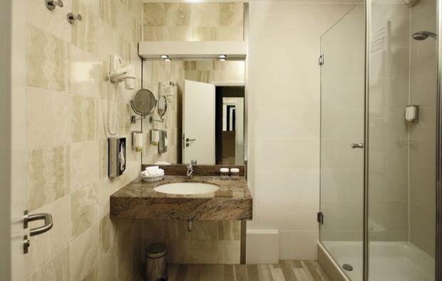 romantikwochenende-frankfurt-hotelbadezimmer