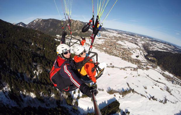 winter-gleitschirm-tandemfahrer-von-den-gipfeln-der-allgaeuer-alpen-erlebnis