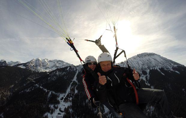winter-gleitschirm-tandemfahrer-von-den-gipfeln-der-allgaeuer-alpen-sonne