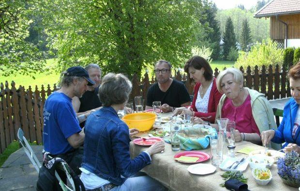wildkraeuterwanderung-mit-picknick-mittagsessen
