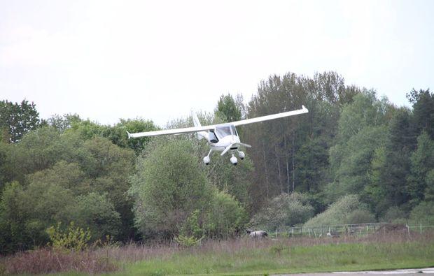 pilot-fuer-einen-tag-mit-einem-flugzeug-himmel