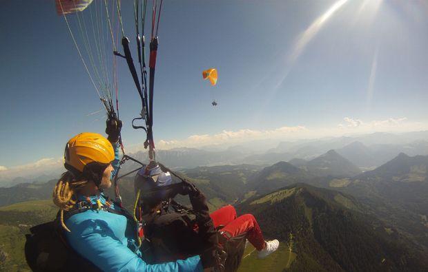 gleitschirm-tandemflug-aschau-im-chiemgau-berglandschaft