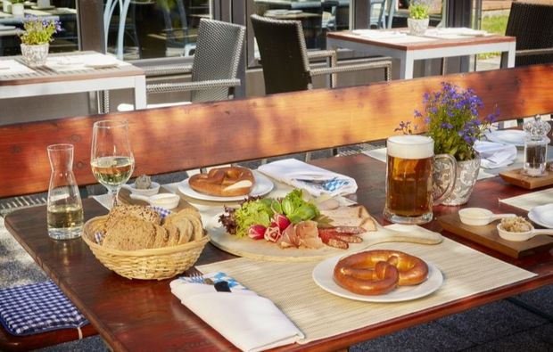 romantikwochenende-garmisch-partenkirchen-biergarten