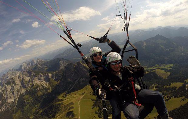 thermikflug-gleitschirm-tandemflug-von-den-gipfeln-der-allgaeuer-alpen-fliegen