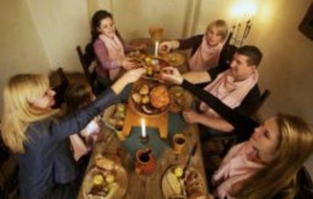 ritteressen-tafelrunde-freunde-lecker