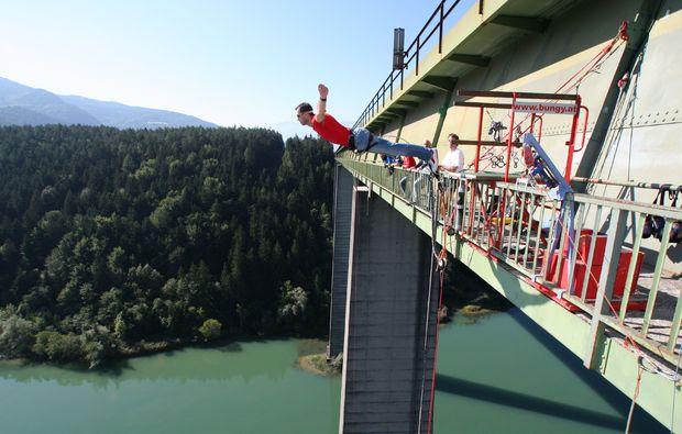 bungee-jumping-jauntalbruecke-jauntalbruecke-in-kaernten-drop-off-bridge-side-shot