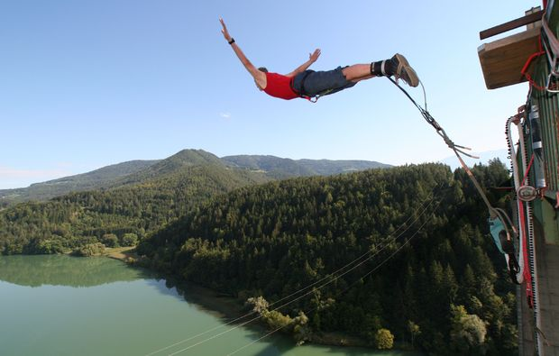bungee-jumping-jauntalbruecke-jauntalbruecke-in-kaernten-jumping-arms-spread