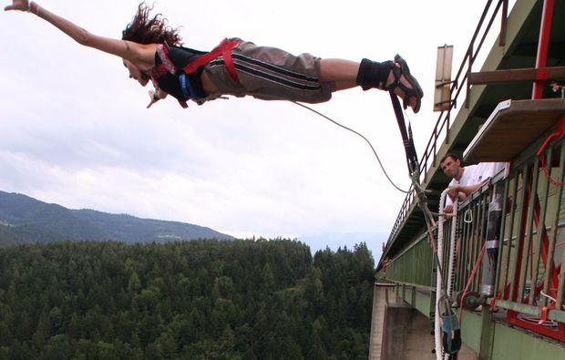 bungee-jumping-jauntalbruecke-jauntalbruecke-in-kaernten-mid-air-snapshot-dropping-off