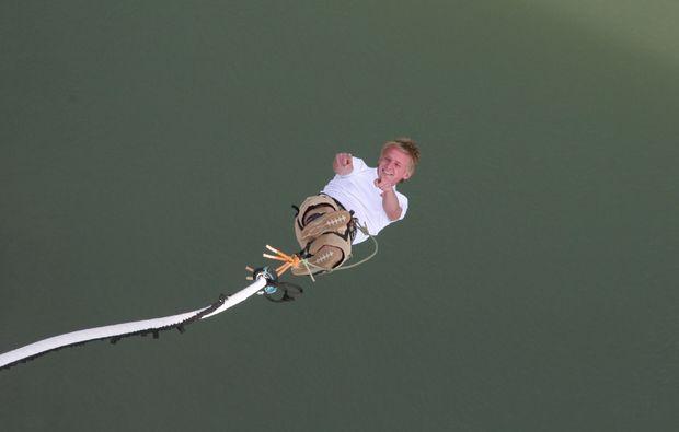 bungee-jumping-jauntalbruecke-jauntalbruecke-in-kaernten-pointing-up-whilst-dropping