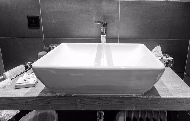 romantikwochenende-crans-montana-badezimmer
