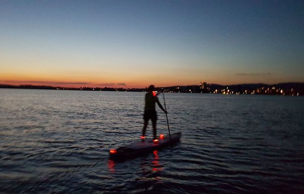 stand-up-paddling-moonlight