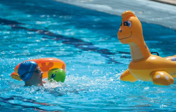 kurztrip-familie-cavallino-pool