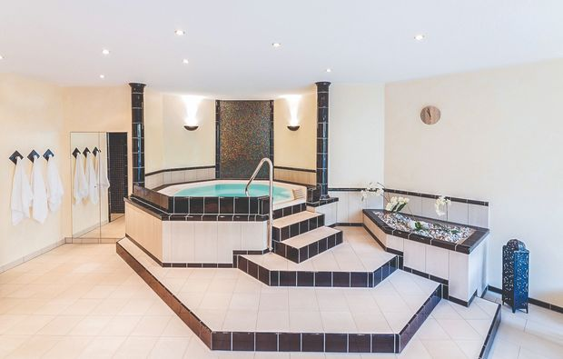 romantikwochenende-heigenbruecken-whirlpool