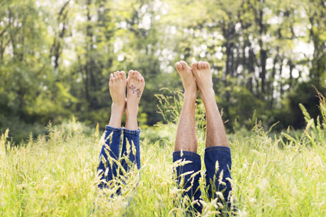 Beine im Gras
