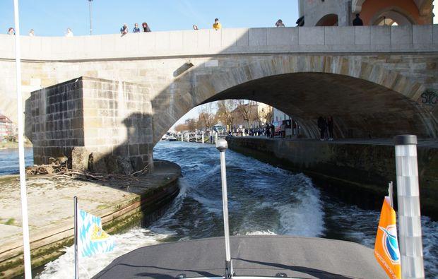 motorboot-fahren-regensburg-bruecke