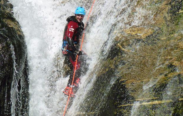 canyoning-tour-fischen-felswand-wasser