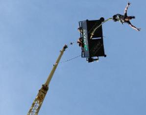 Bungee Jumping von einem 70 bzw. 80 Meter hohen Kran