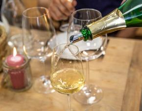Wein und Käse Verkostung von 8 Weinen & 8 Sorten Käse mit Käseherstellung