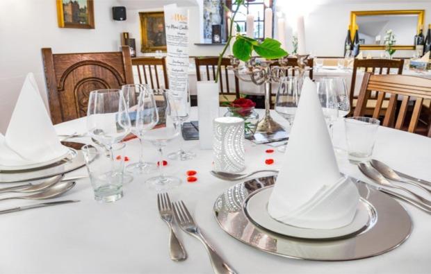candle-light-dinner-deluxe-essen-gedeckter-tisch