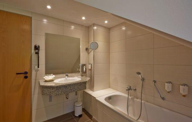 wellness-wochenende-deluxe-friedrichroda-hotelbadezimmer