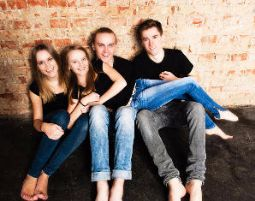 familienfoto-geschwister-maedchen-junge-backstein