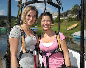 Tandem-Bungee Jumping über Wasser von einem 50 Meter hohen Kran an der Regattabahn im Sportpark Wedau