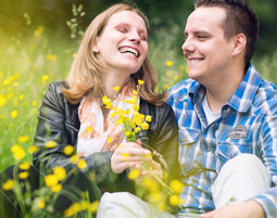 outdoor-fotoshooting-meerbusch-paar-auf-blumenwiese