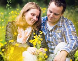 outdoor-fotoshooting-meerbusch-paar-auf-wiese