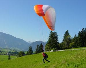 Bild Gleitschirmfliegen - Beim Paragliden majestätisch in die Ferne gleiten
