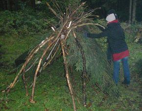 Wildnis-Survival-Wochenende Saarland Notunterkunft Errichtung, Feuermachen