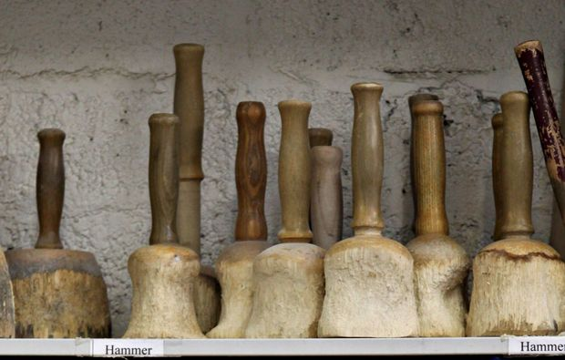 klassischer-bildhauer-workshop-koeln-hammer