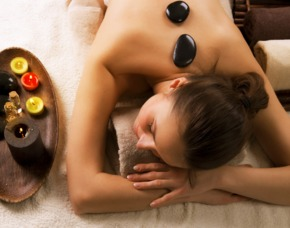 After Work Relaxing Hot Stone Massage, Rückenmassage