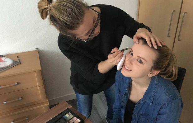 gruppen-make-up-beratung-hamburg-augenbrauen-schminken