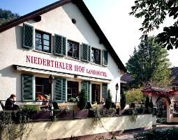 Kleine Köstlichkeiten für Zwei  Schlossböckelheim Original Pfälzer Spießbraten mit Bratkartoffeln und Salatteller, inkl. 1 Glas Wein