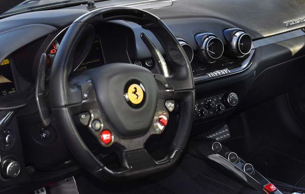 supersportwagen-f12-tdf-fahren-berlin-cockpit